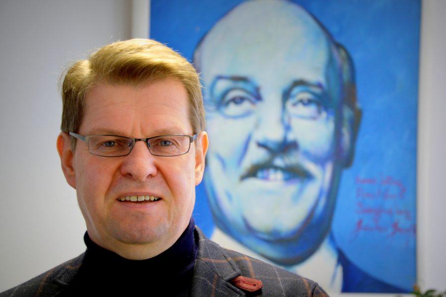 Ralf Stegner vor Portrait von Jochen Steffen